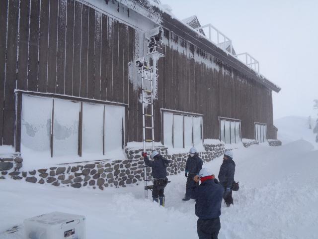 雪山での作業風景